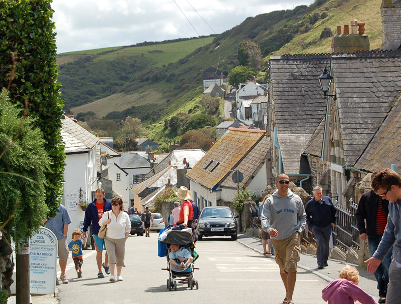 port_isaac_holiday_walk_tourists
